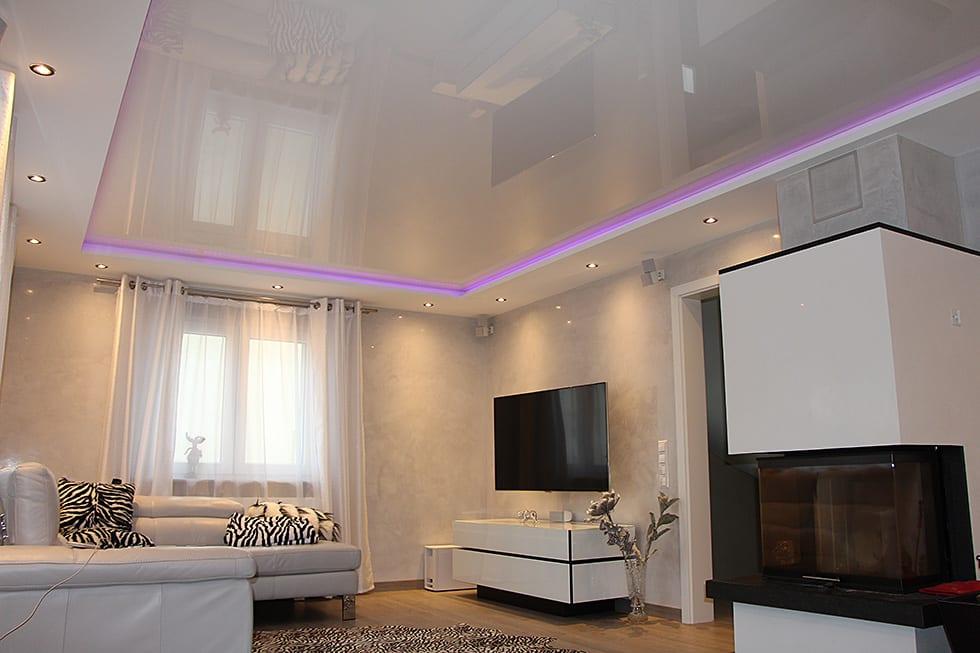 Wohnraum Bild Wohnzimmer mit Lackspanndecke und integrierten LED Panels