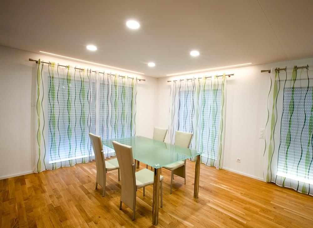 Esszimmer mit weißer Spanndecke und integrierten punktuellen Leuchten