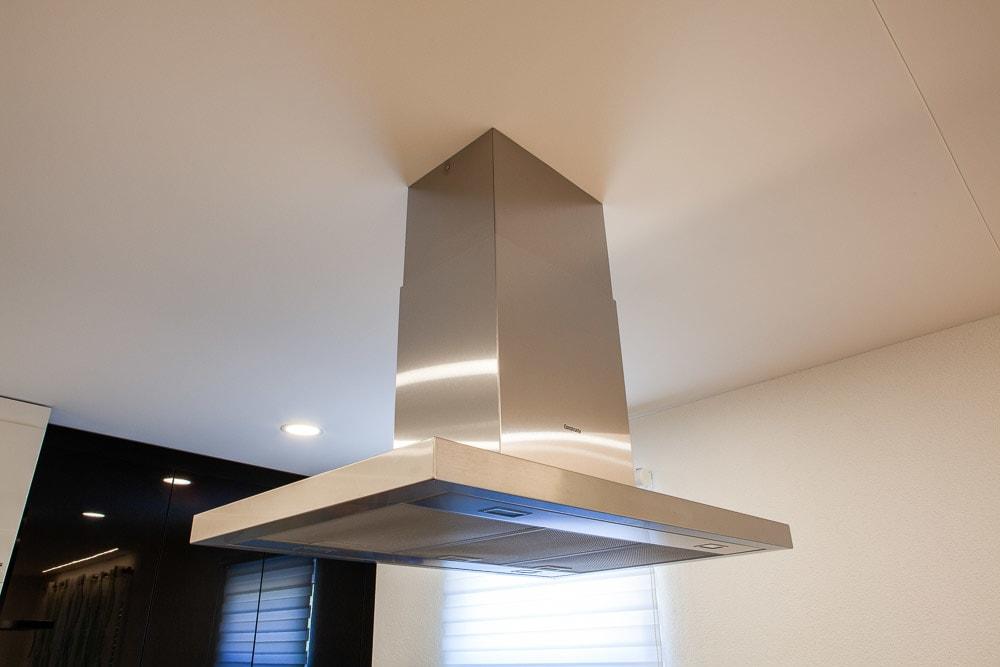 Küche mit weißer Spanndecke und punktuellen Leuchten integriert mit Abzugshaube