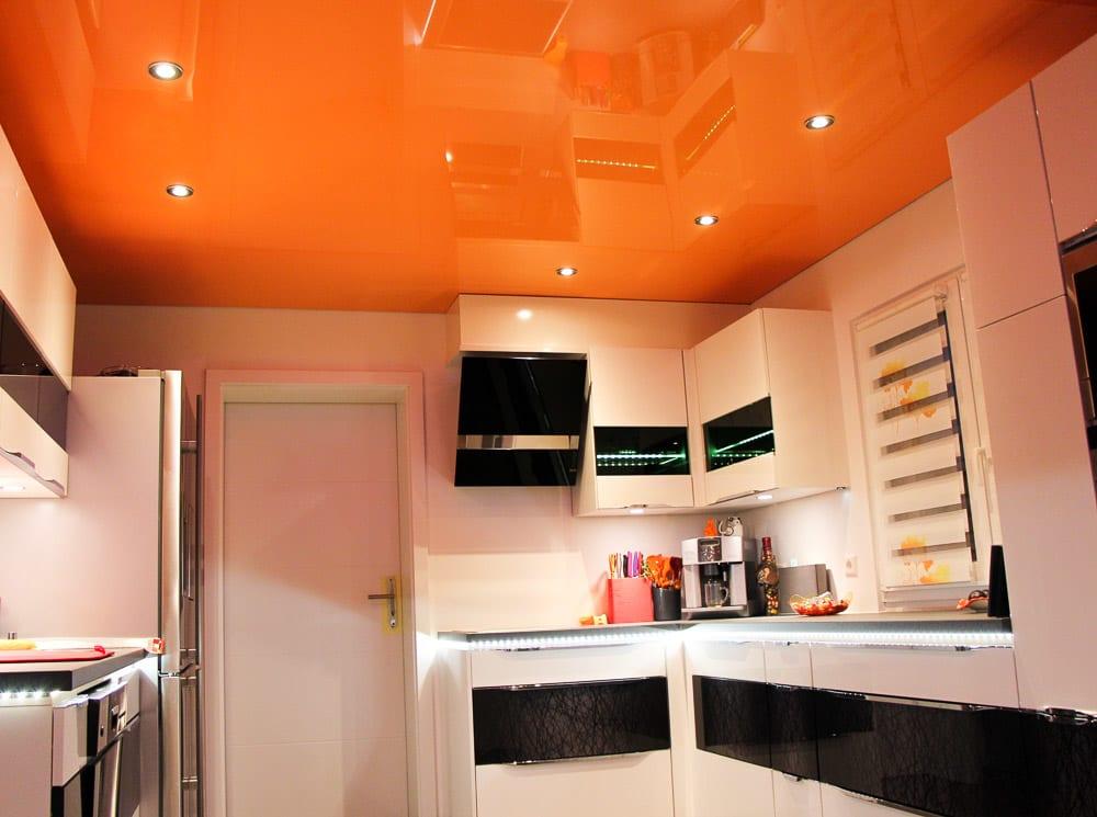 Küche mit oranger Lackspanndecke und integrierten punktuellen Leuchten