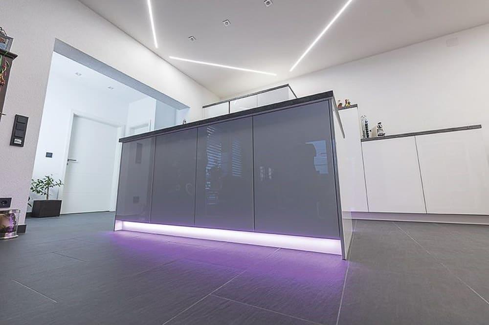 Küche mit weißer Spanndecke integrierten LED und Leuchten LED auch an Schränken