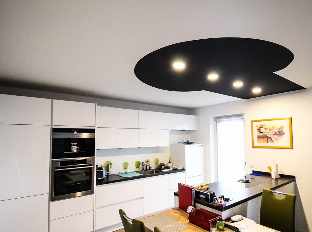Küche mit partiell schwarzer Decke mit integrierten punktuellen Leuchten