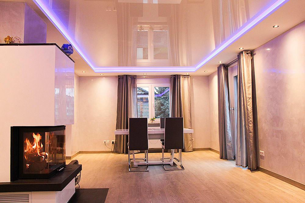 Esszimmer mit weißer Lackspanndecke, LED Panels und punktuellen Leuchten