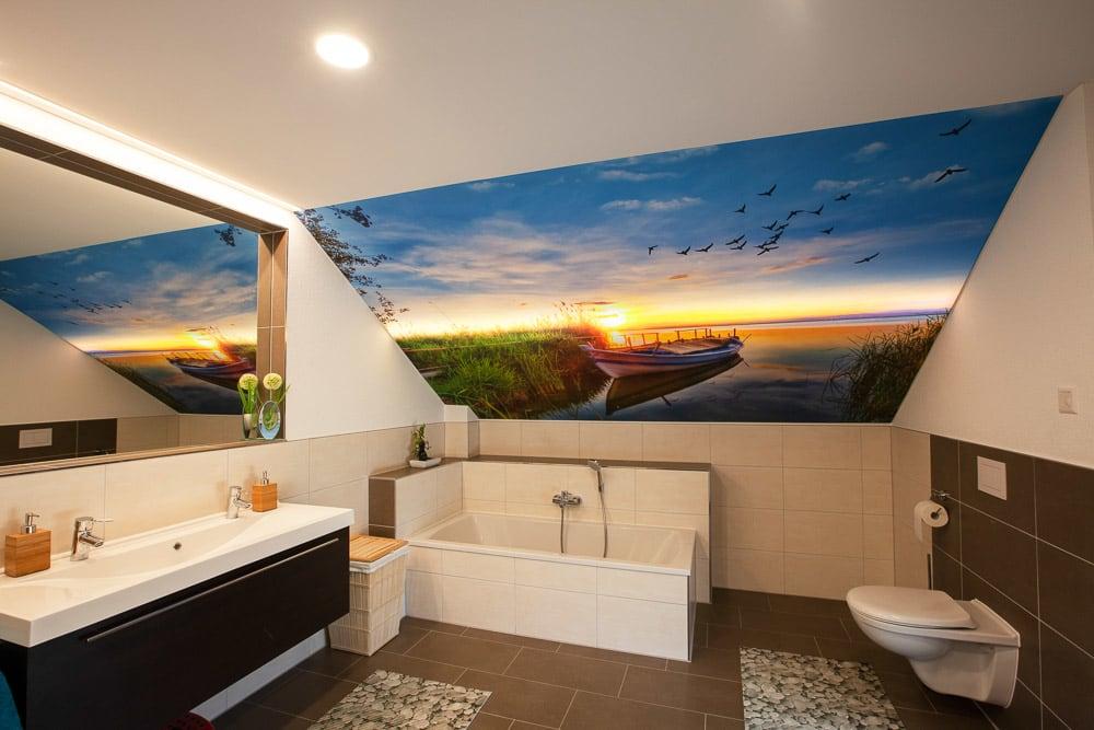 Badezimmer mit Motivwand auf See mit Boot