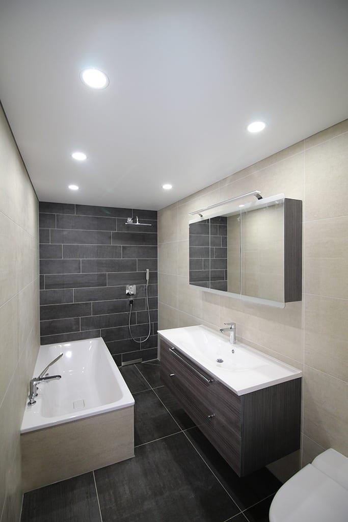 Badezimmer Bild weißer Spanndecke und punktuellen Leuchten