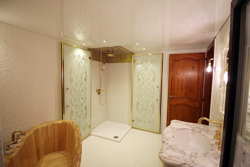 Badezimmer mit weißer Spanndecke punktuellen leuchten vintage Style