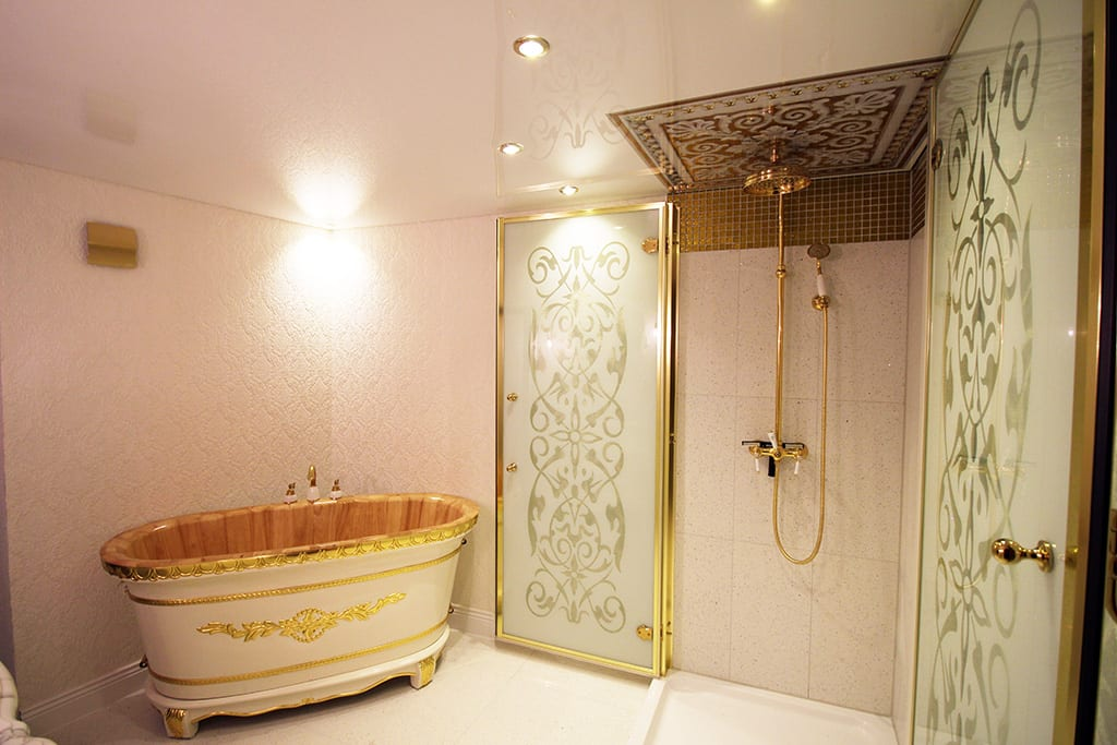 Badezimmer weiße Spanndecke mit integrierten Leuchten