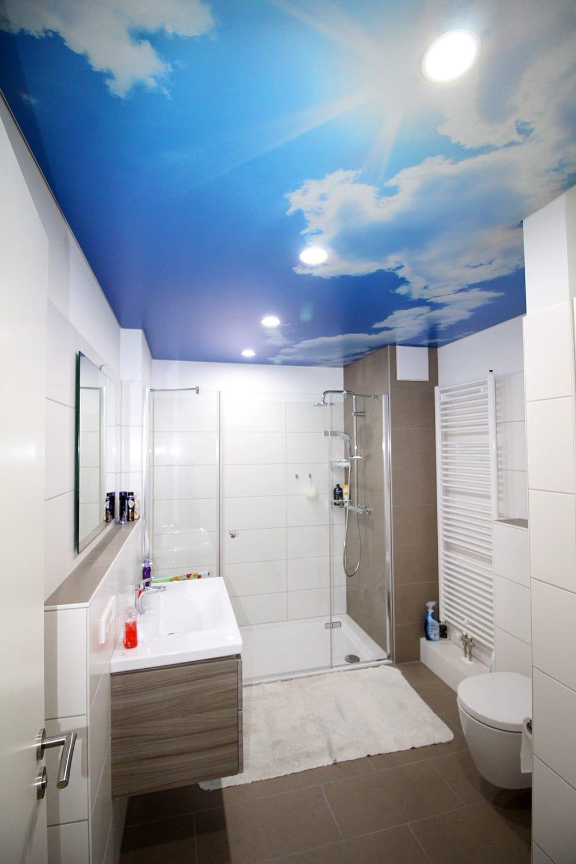 Badezimmer mit Motivdecke Wolkenmotiv und integrierten Leuchten