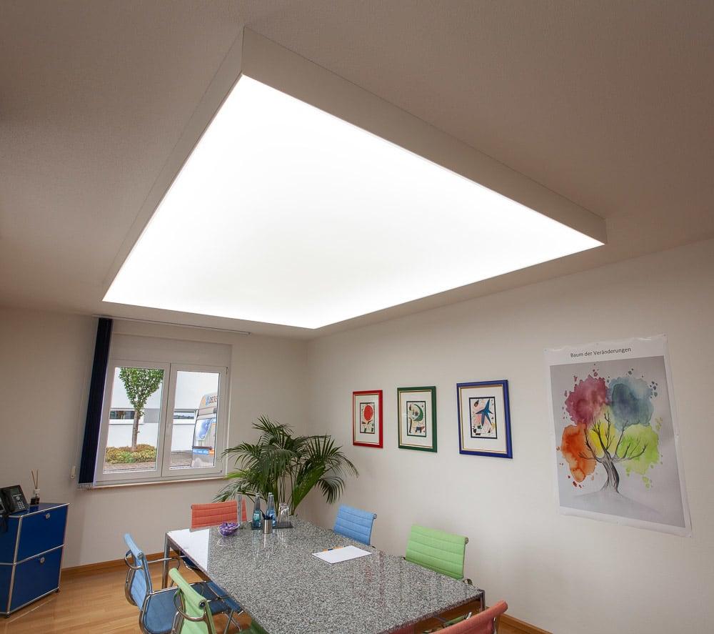Raum mit rechteckiger großer Lichtwand über Tisch
