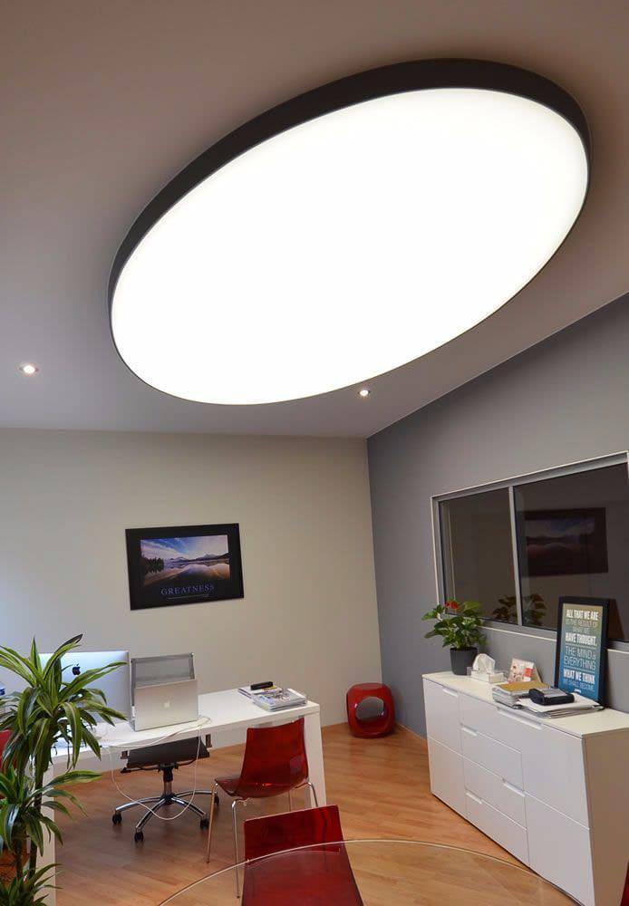 Geweberaum mit großer ovaler Leuchte Über Schreibtisch