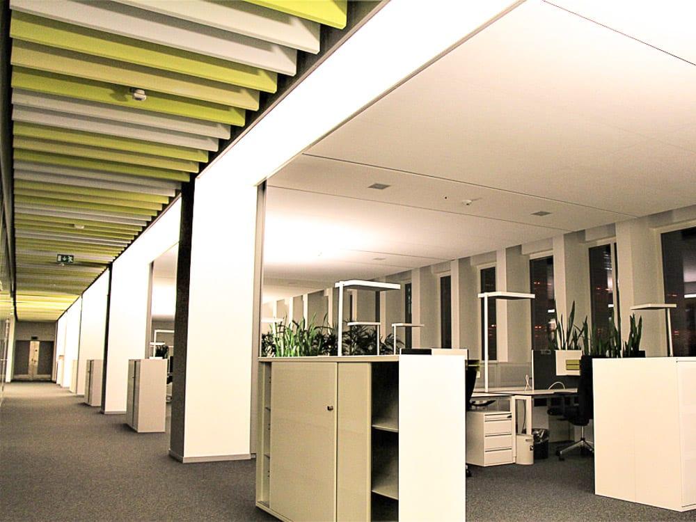 Büros mit integrierten Spanndecken und leuchten