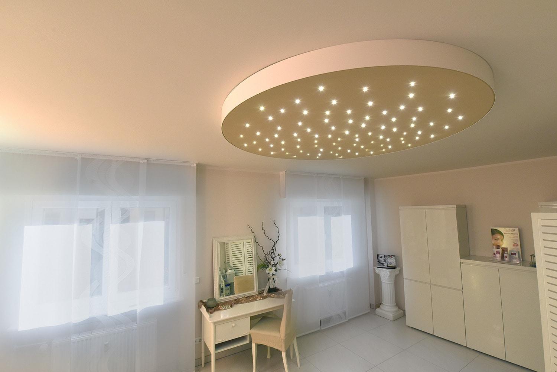 Großer Raum in weiß gestaltet mit Sternenhimmelleuchte