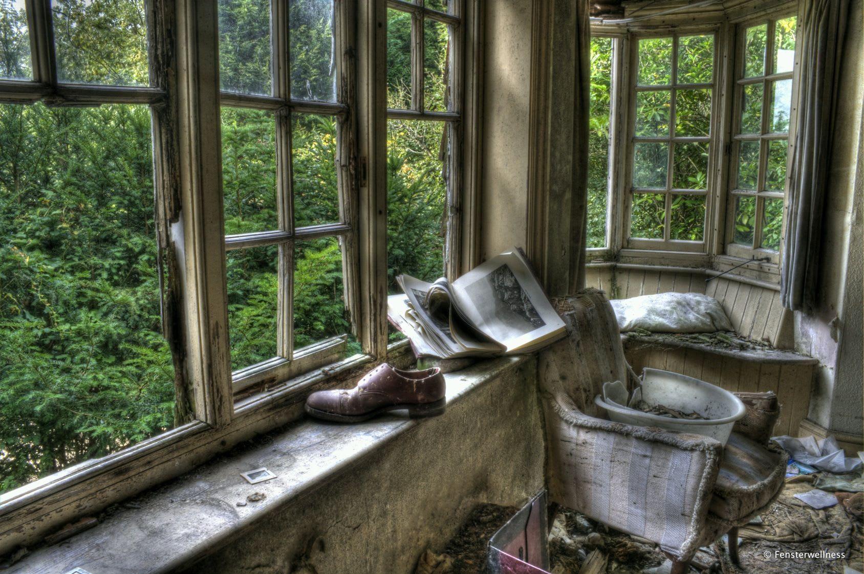 Raum mit alten, kaputten Holzfenstern
