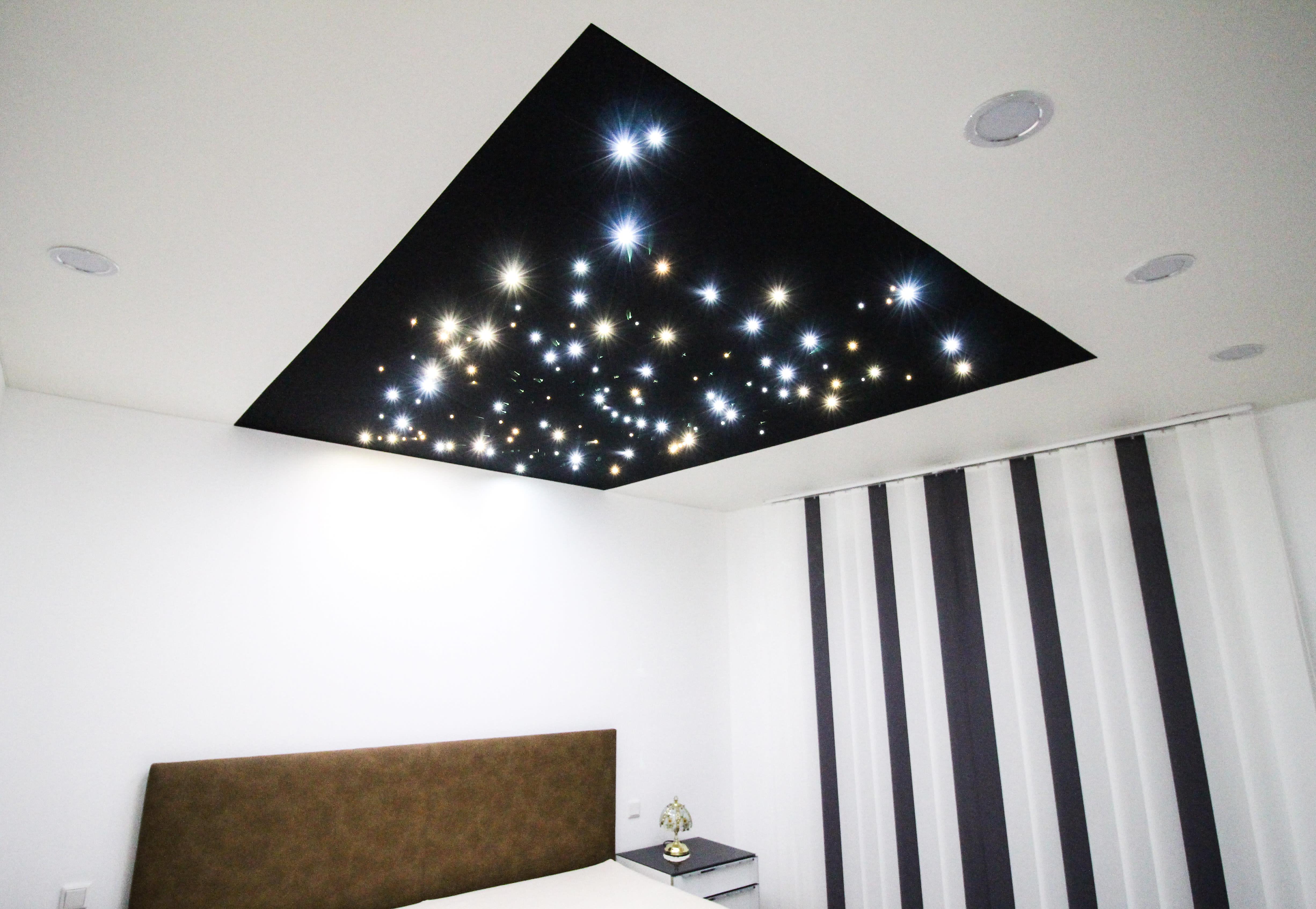 Spanndecke gestaltet mit LEDs in Optik eines Sternenhimmels