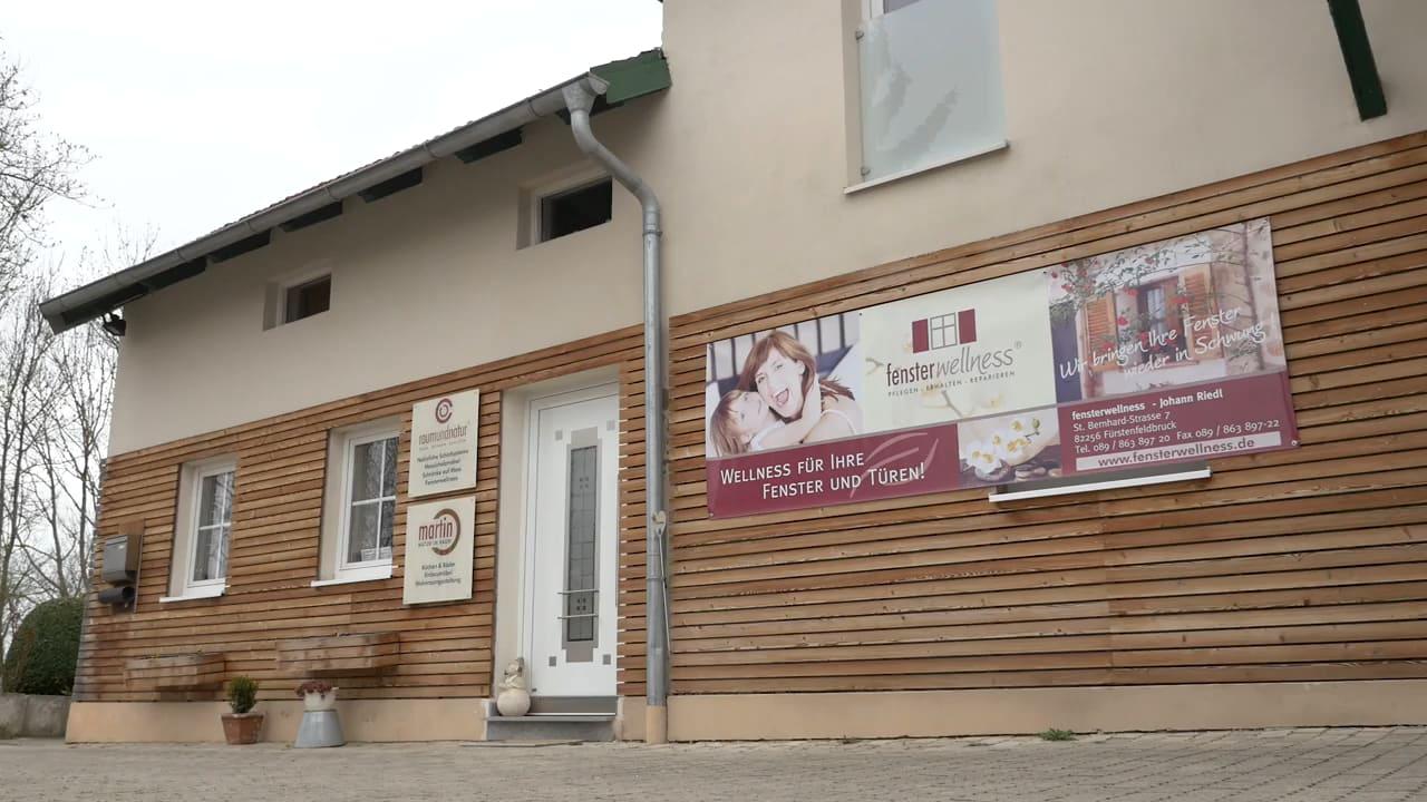 Haus mit Plakat von Fensterwellness