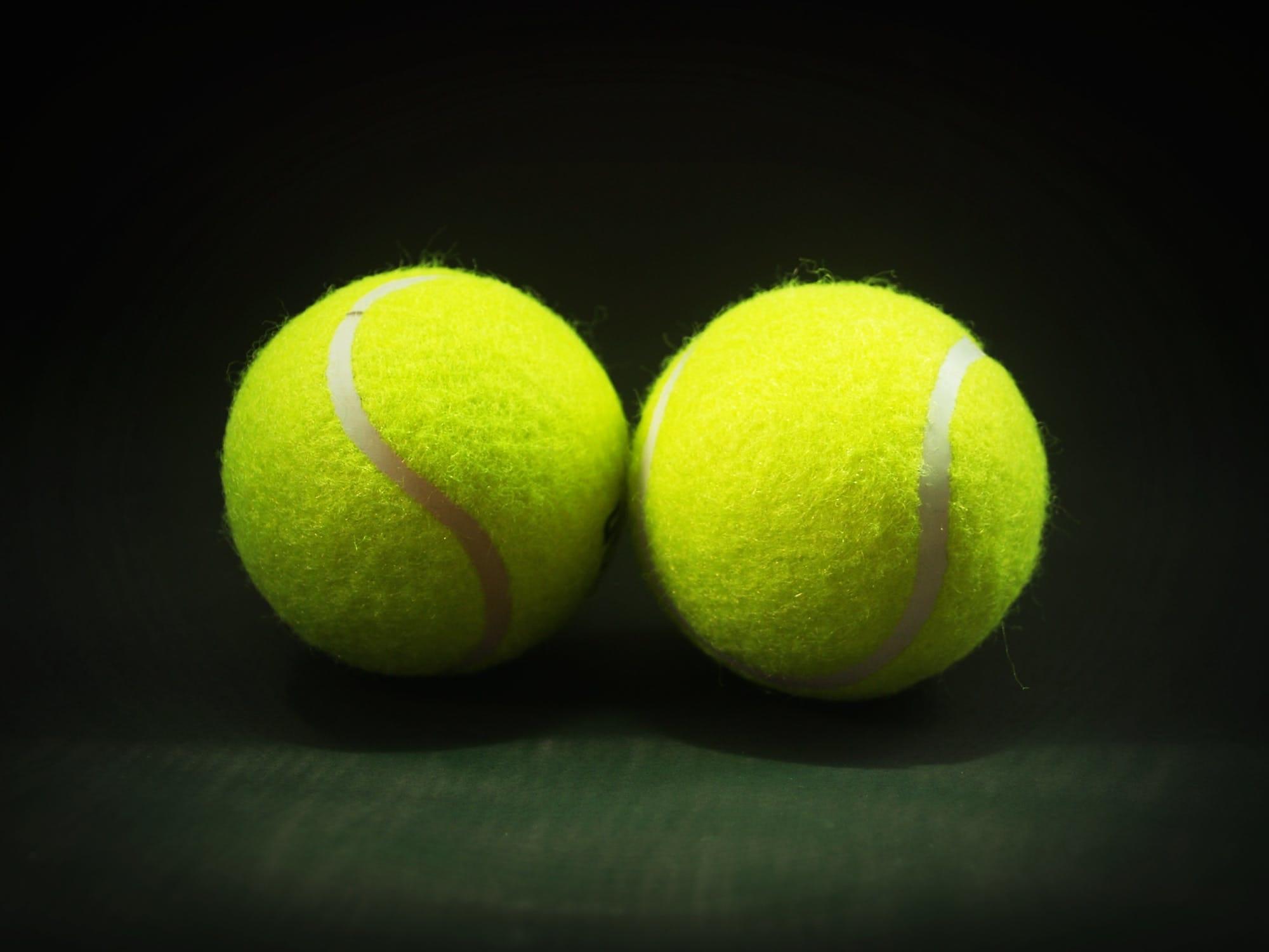 Zwei Tennisbälle
