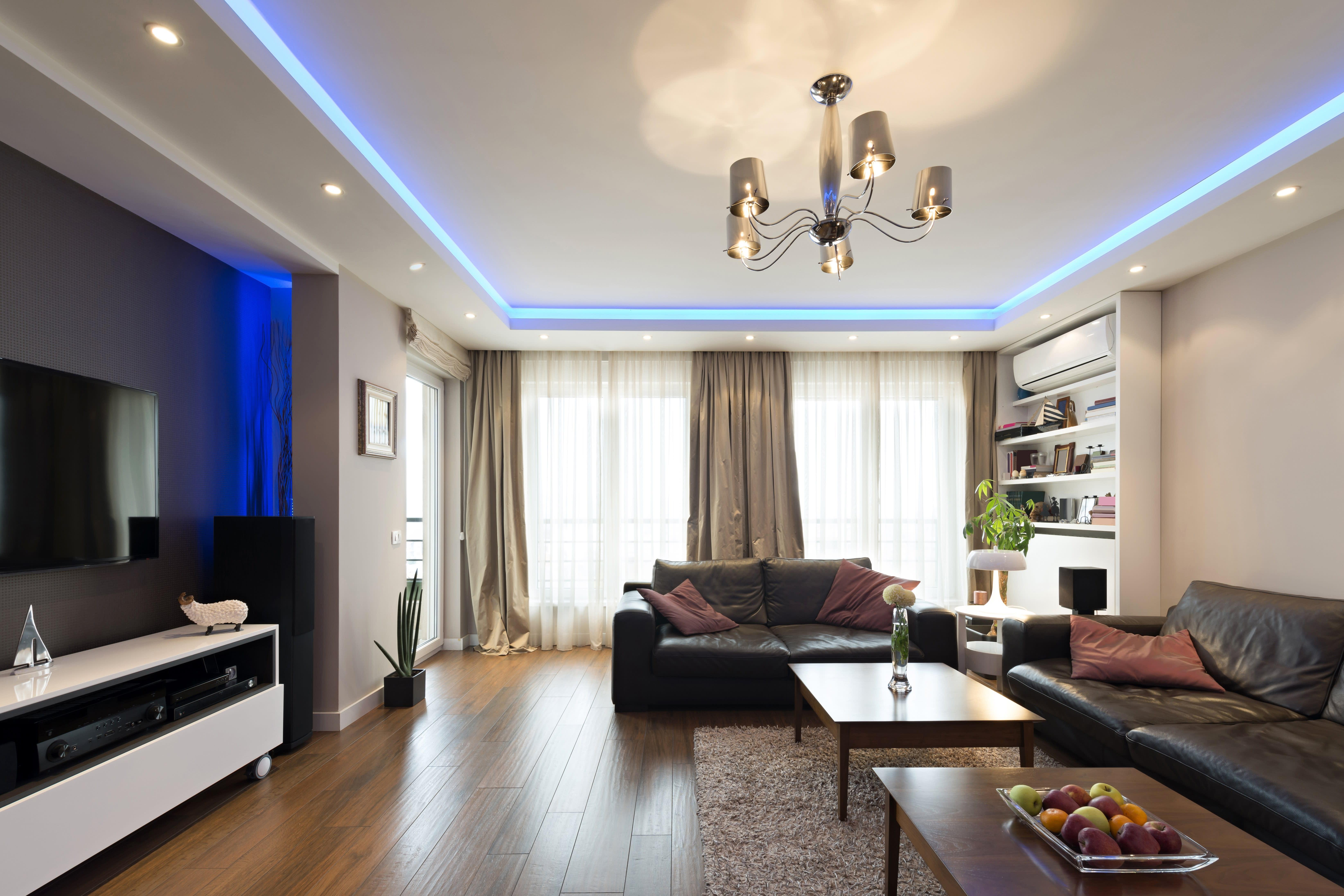 Spanndecke in einem Wohnzimmer mit Beleuchtung