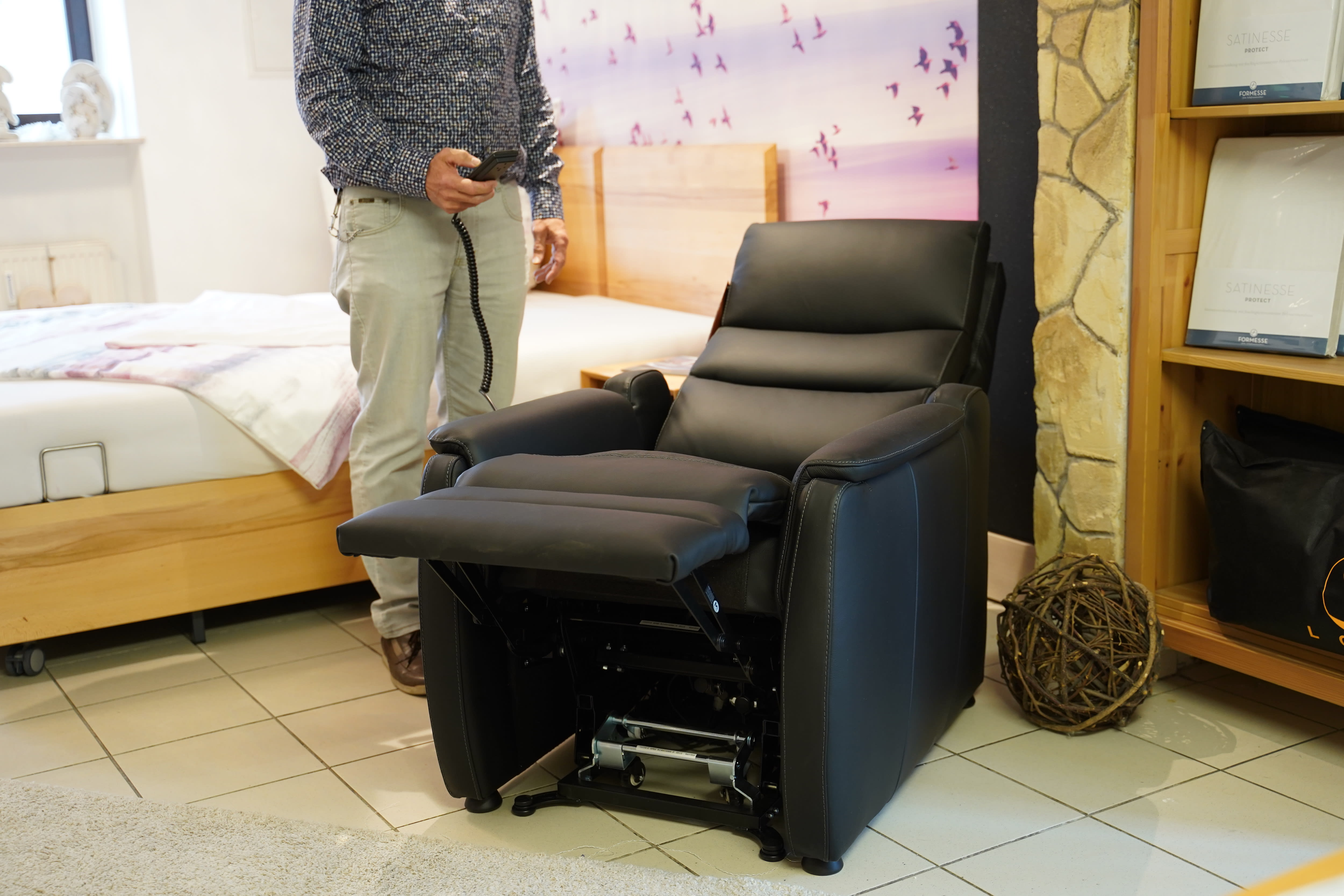 Sessel mit Aufstehhilfe zurückgelehnt