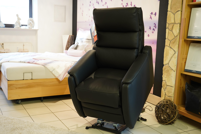 Sessel mit Aufstehhilfe nach vorne gelehnt