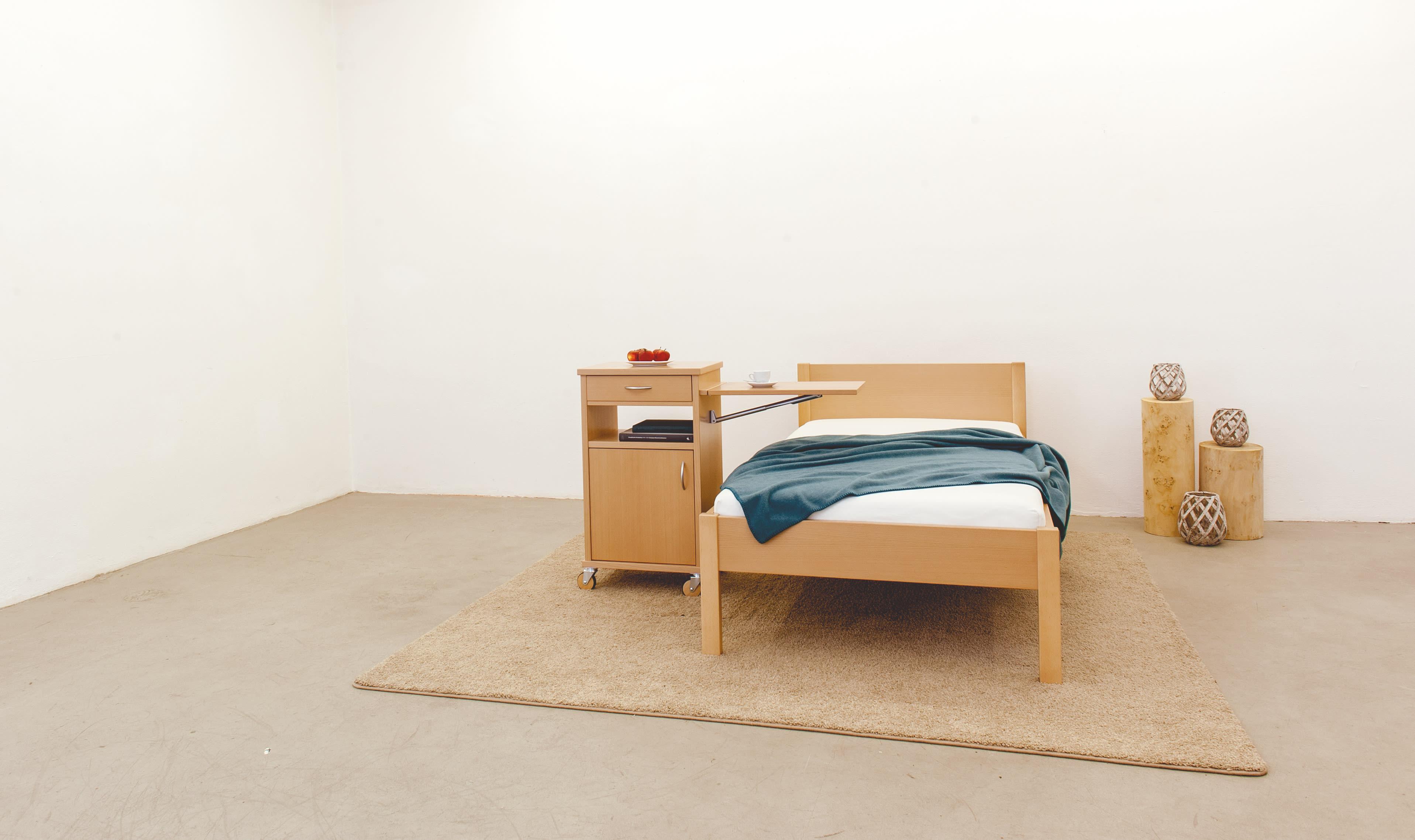 Seniorenbett mit Nachttisch TESSIN_Buche_Fußteil-niedrig_mit_RONDA
