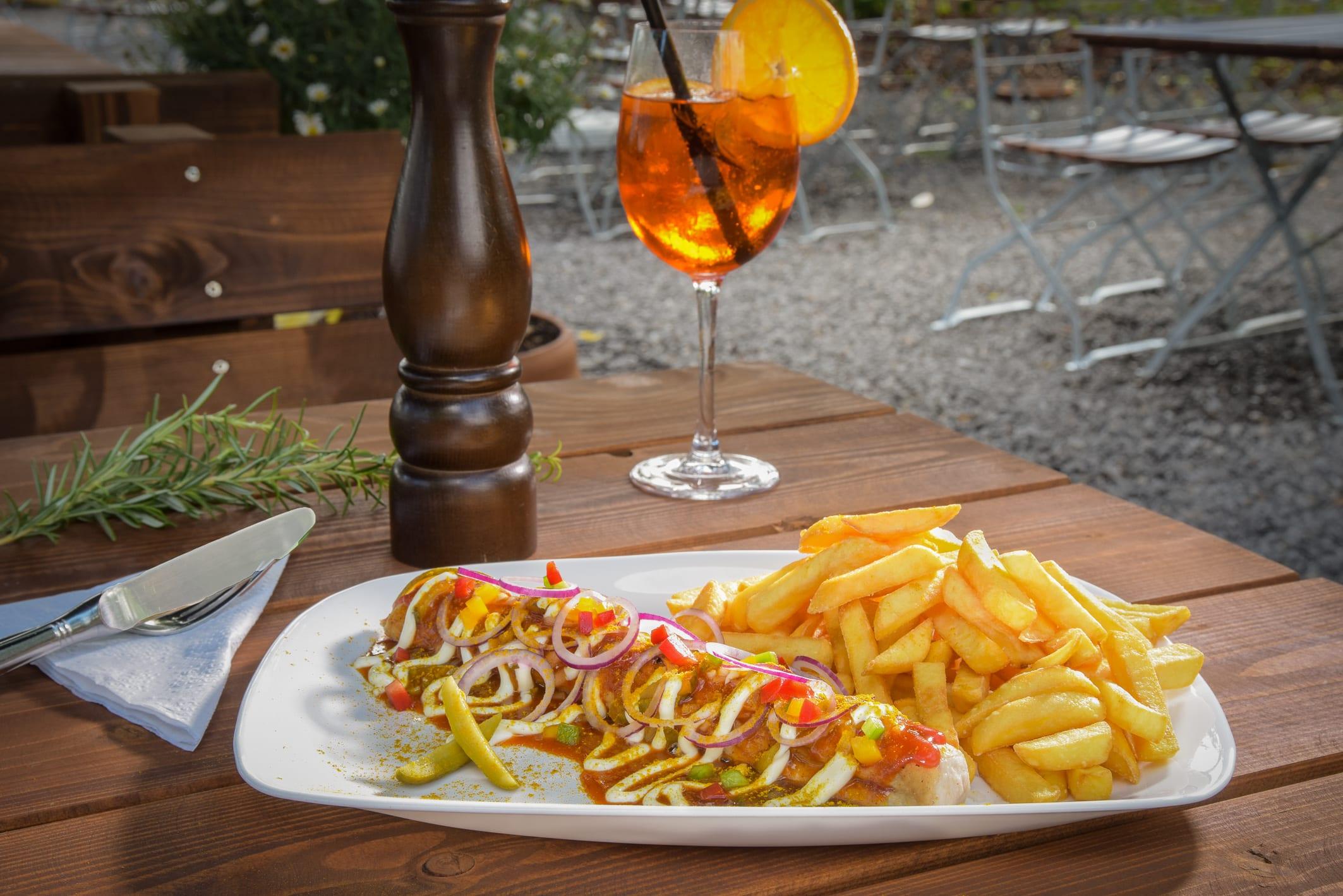 Currywurst mit Pommes Kramers Biergarten und Freibadgastronomie