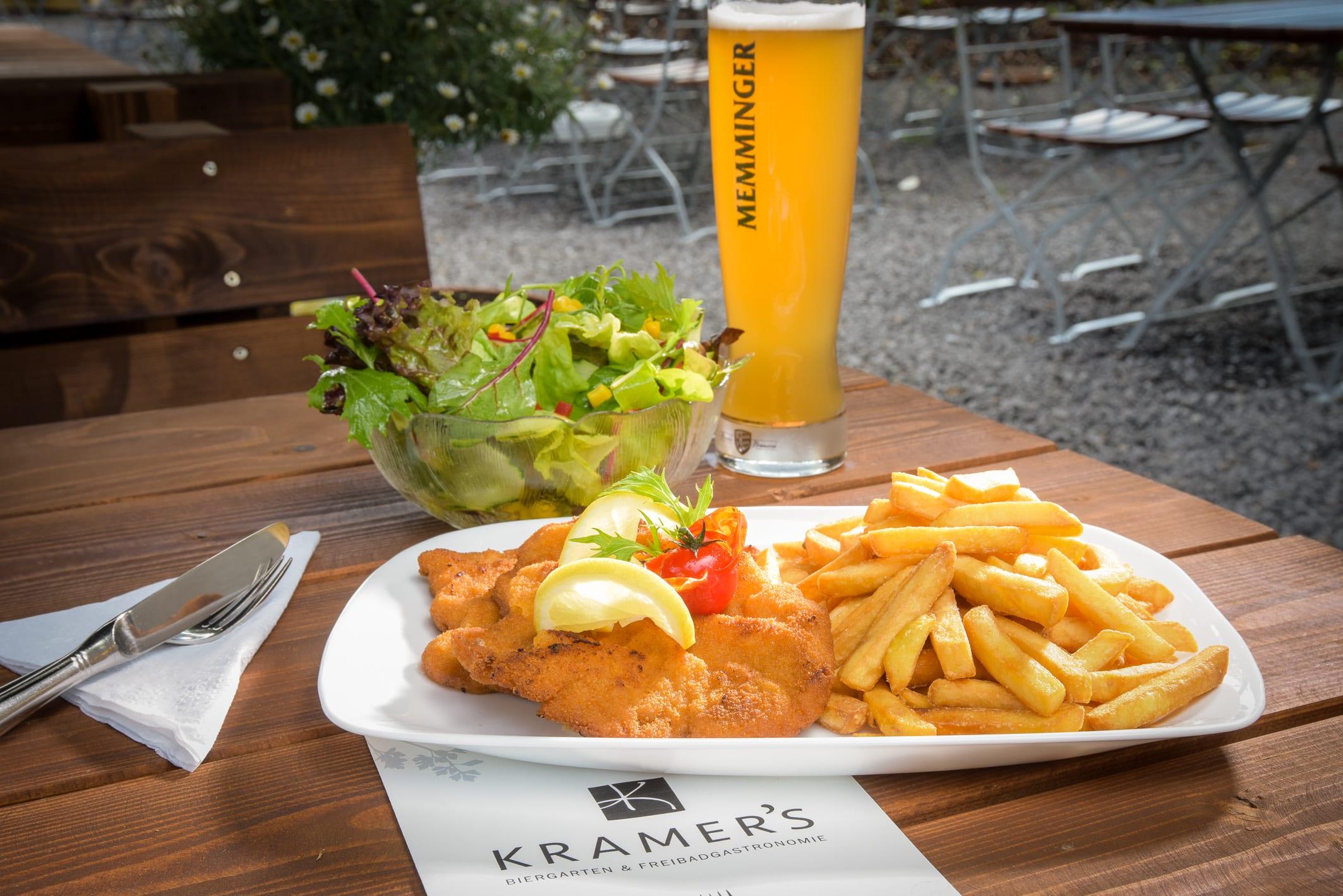 Schnitzel mit Pommes Kramers Biergarten und Freibadgastronomie