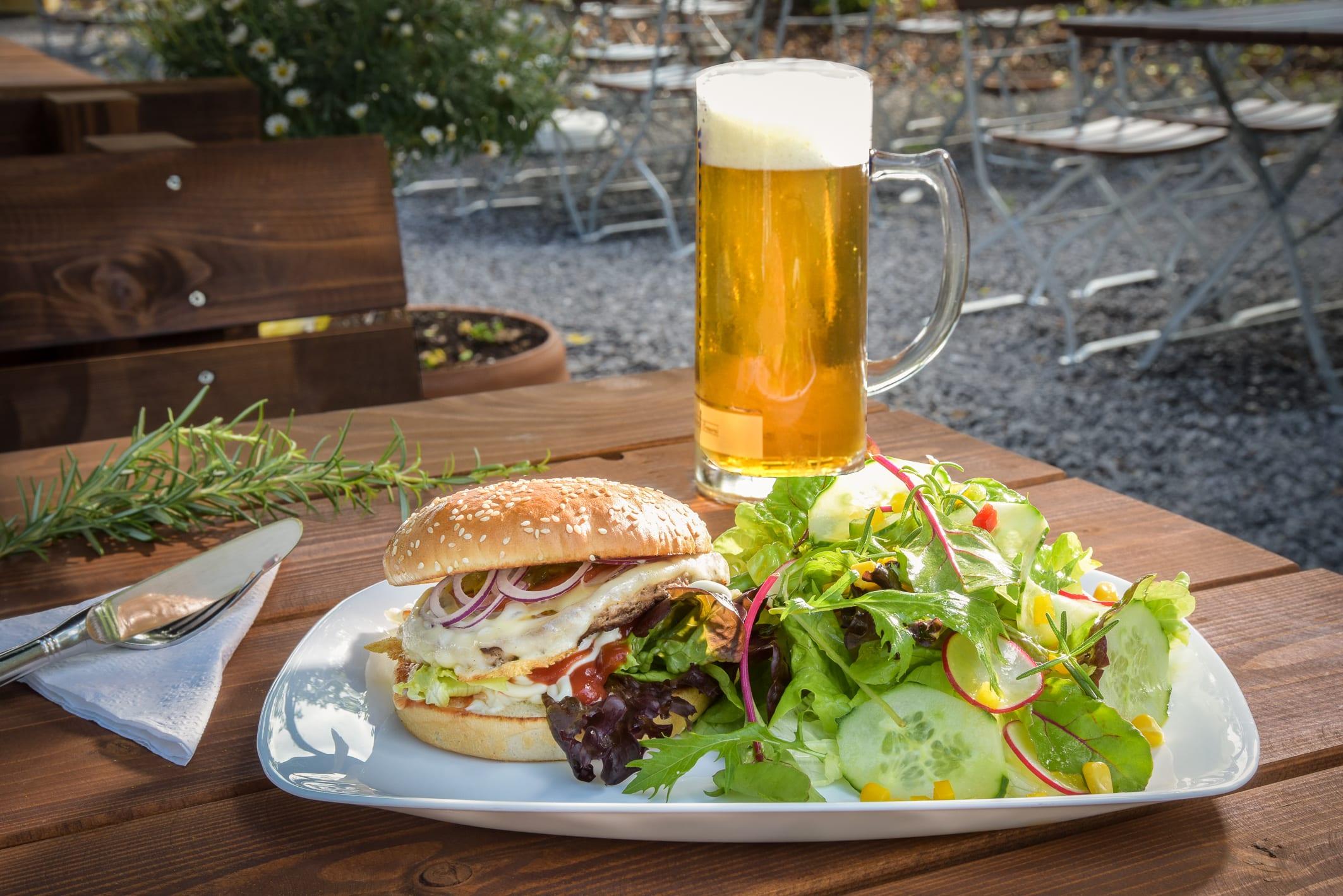 Burger und Salat Kramers Biergarten und Freibadgastronomie