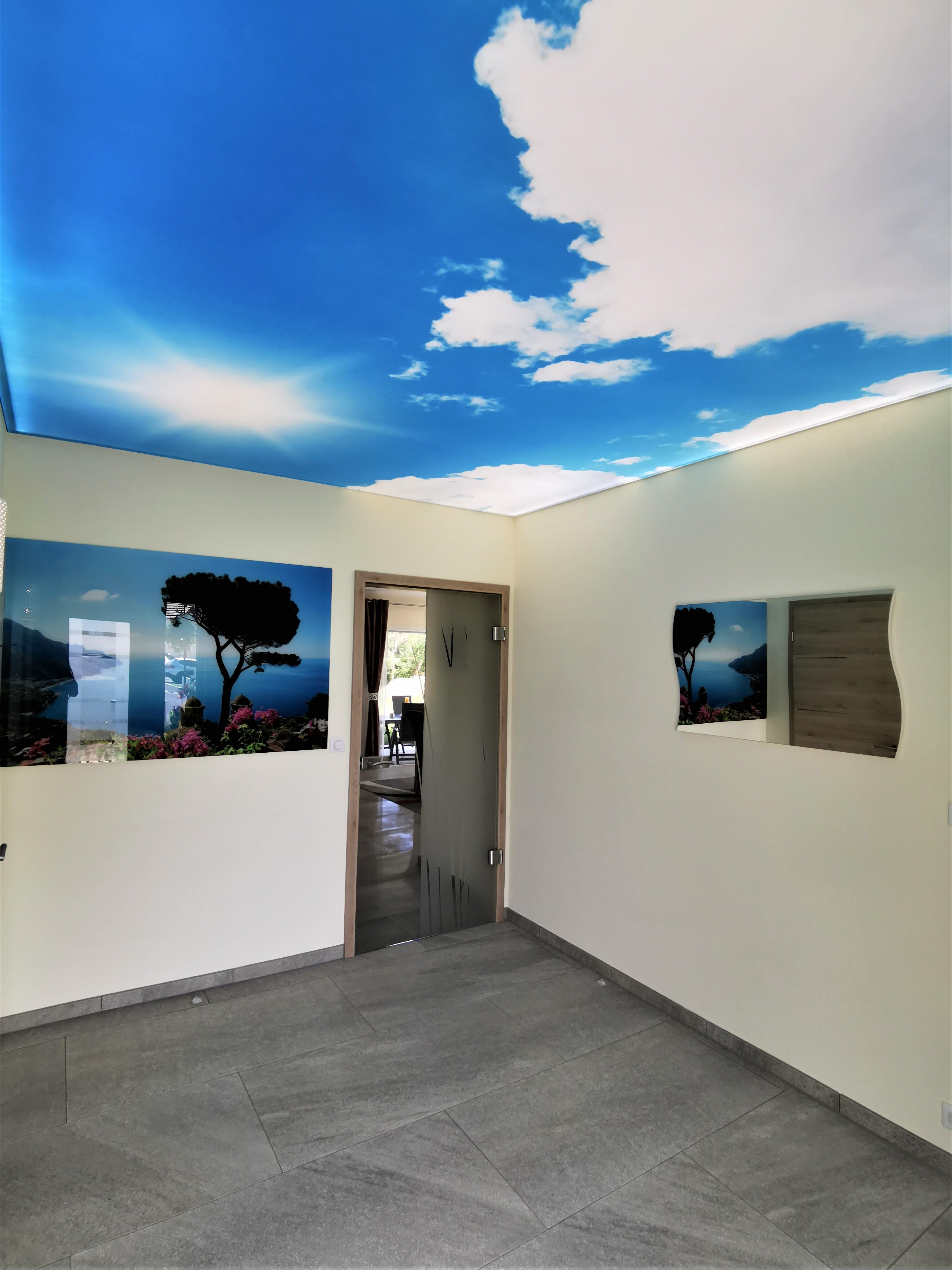 Nachher Eingangsbereich mit Motivdecke und LED-Beleuchtung