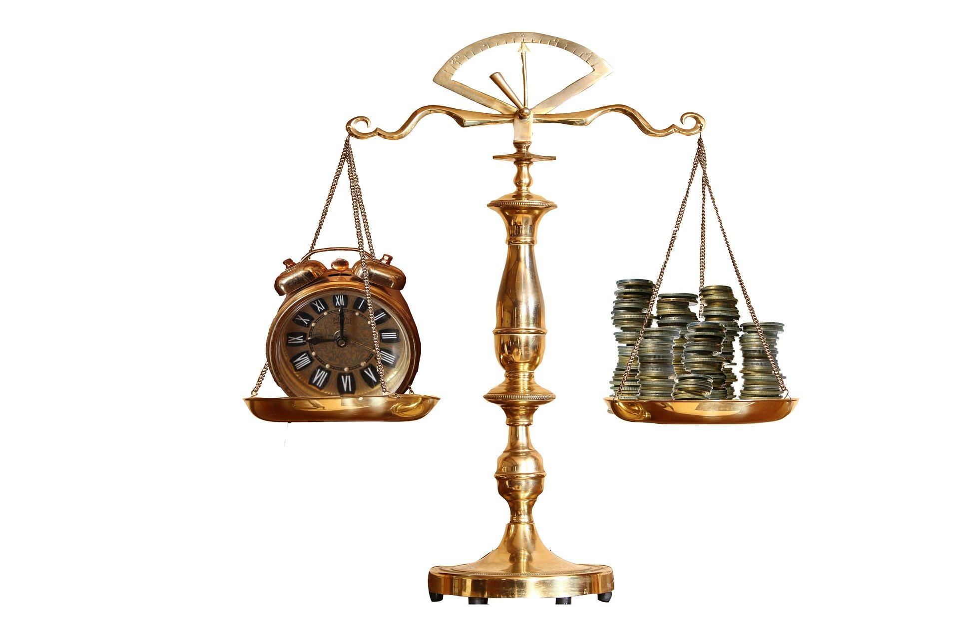Waage mit Uhr und Geld