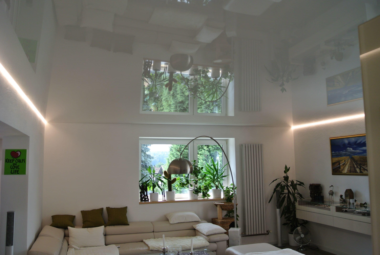 Weiße Hochglanzspanndecke mit LED-Lichtleiste auf zwei Seiten.