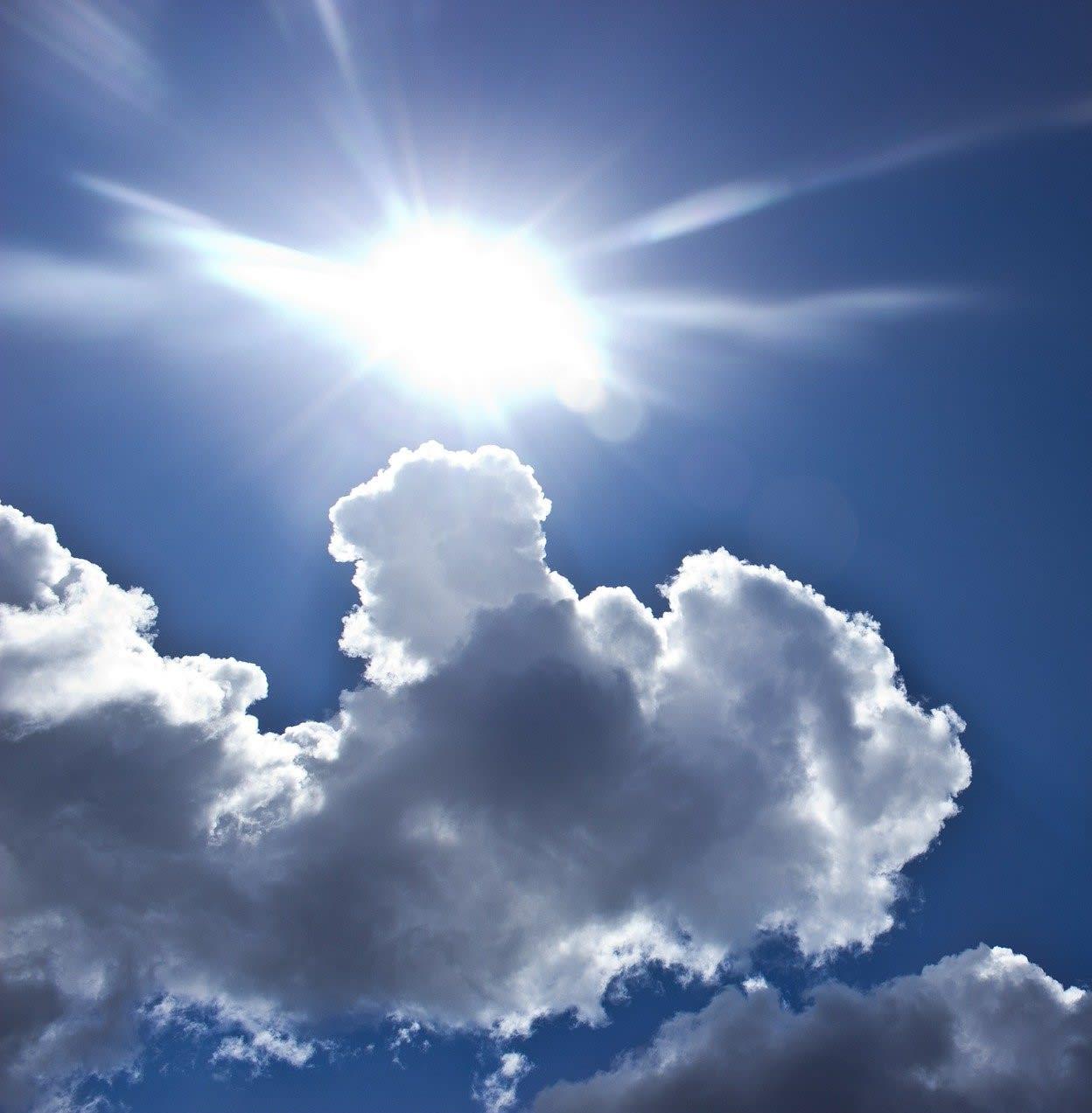 Sonne zwischen Wolken
