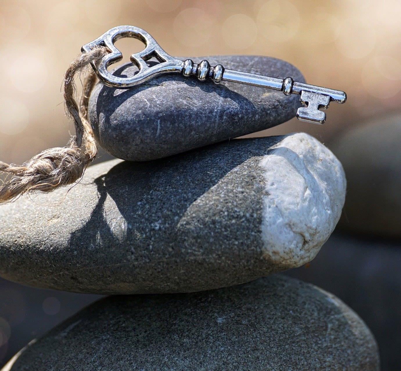 Schlüssel auf Stein