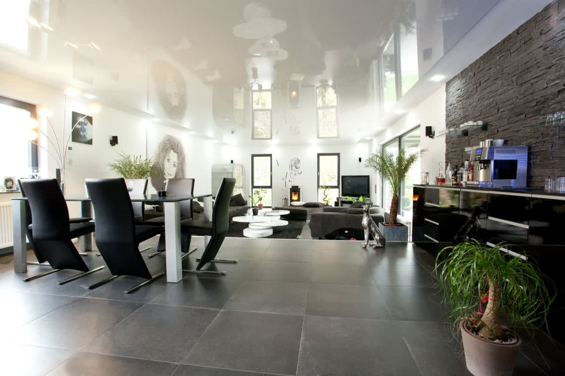 Wohnzimmer mit einer Spanndecke