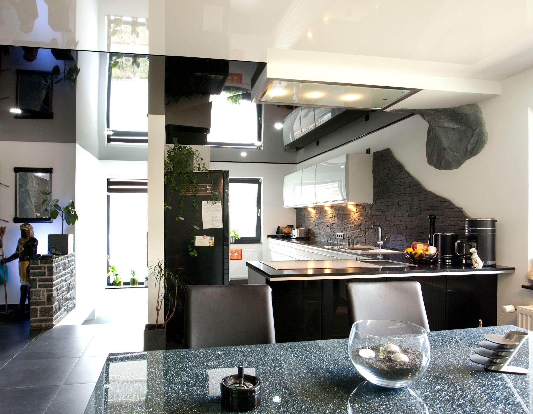 Küche und Esszimmer mit Spanndecke in hochwertigem Design
