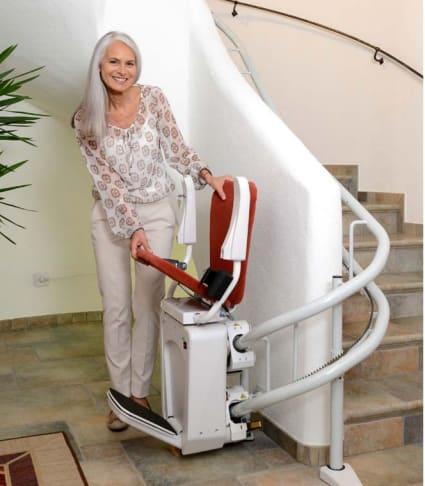 Frau nutzt Treppenlift