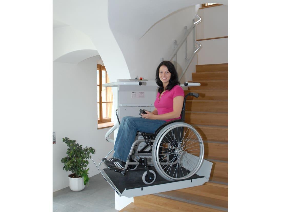 Frau in einem Rollstuhl nutzt Plattfromlift