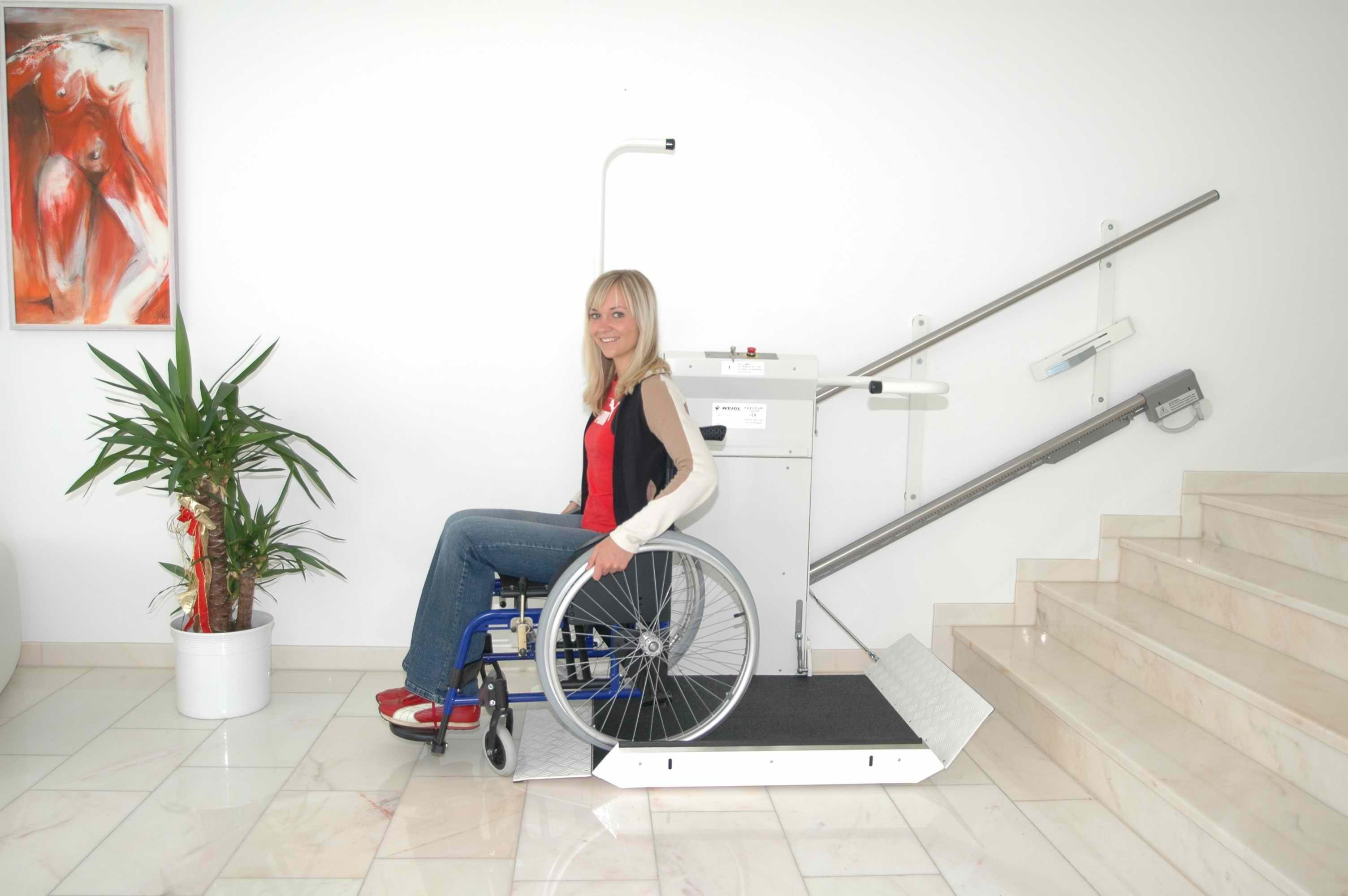 Frau in einem Rollstuh nutzt Plattformlift