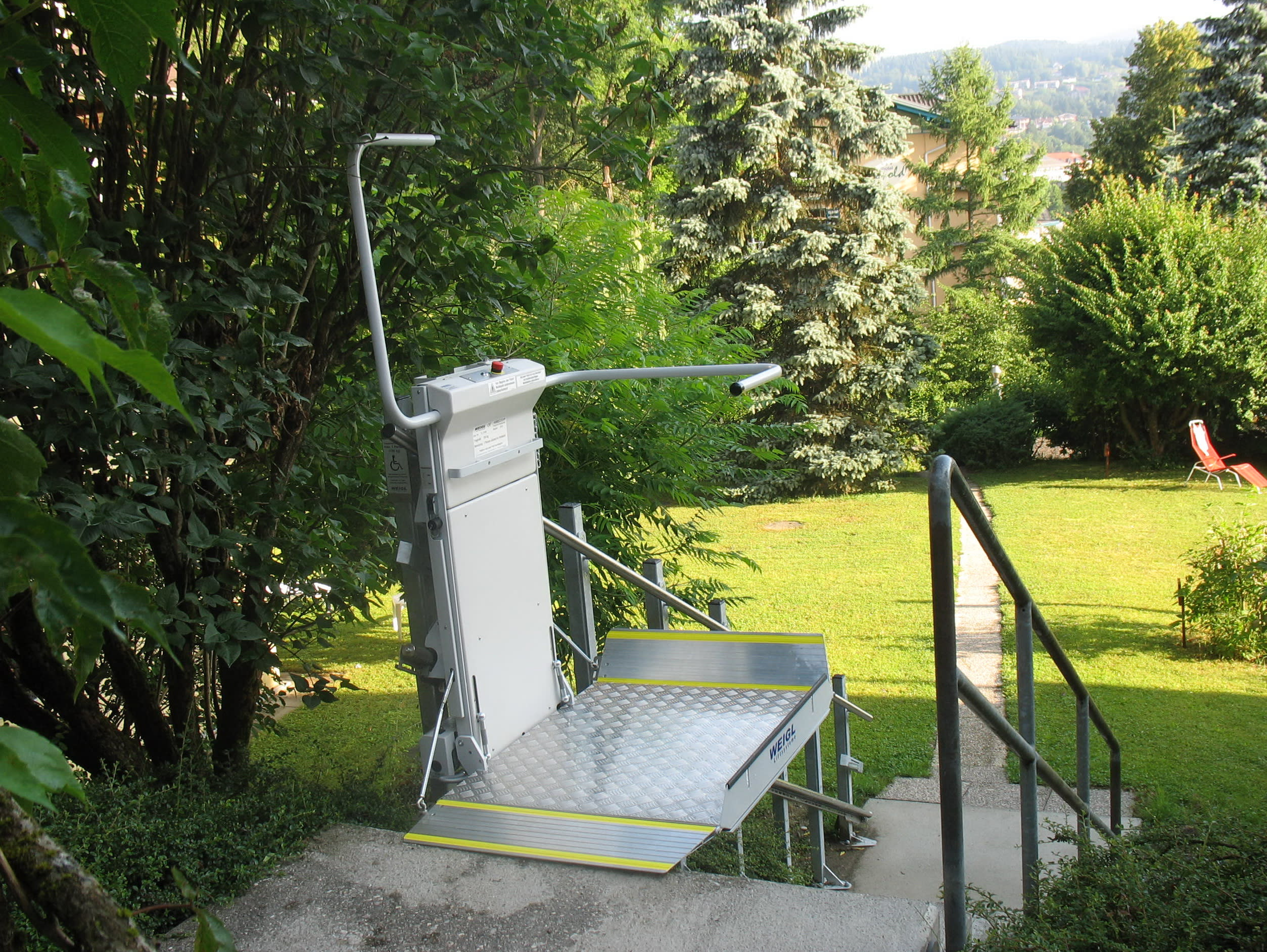 Plattformlift draußen an einer Treppe