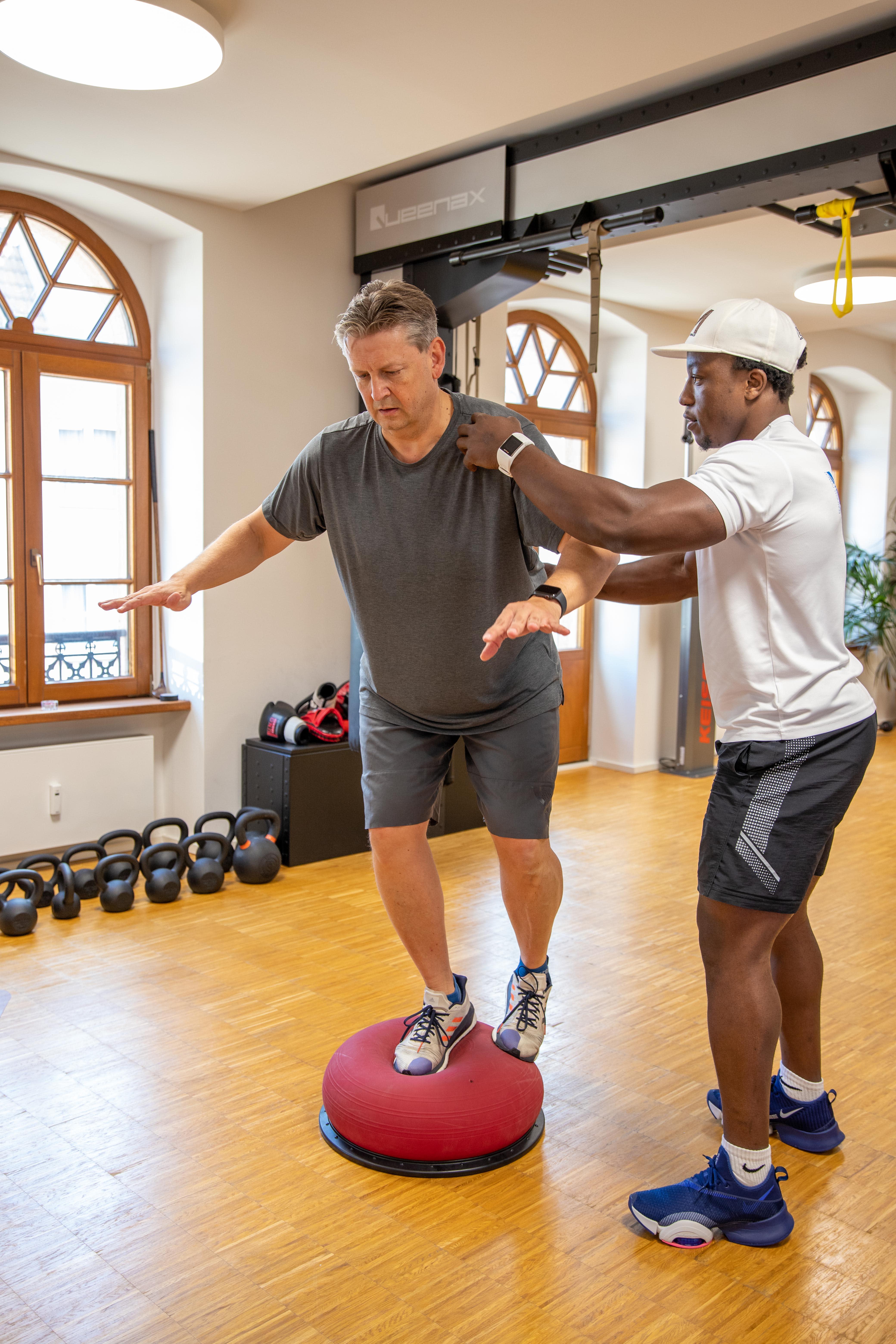 Personal Training mit Kunde Ballübung