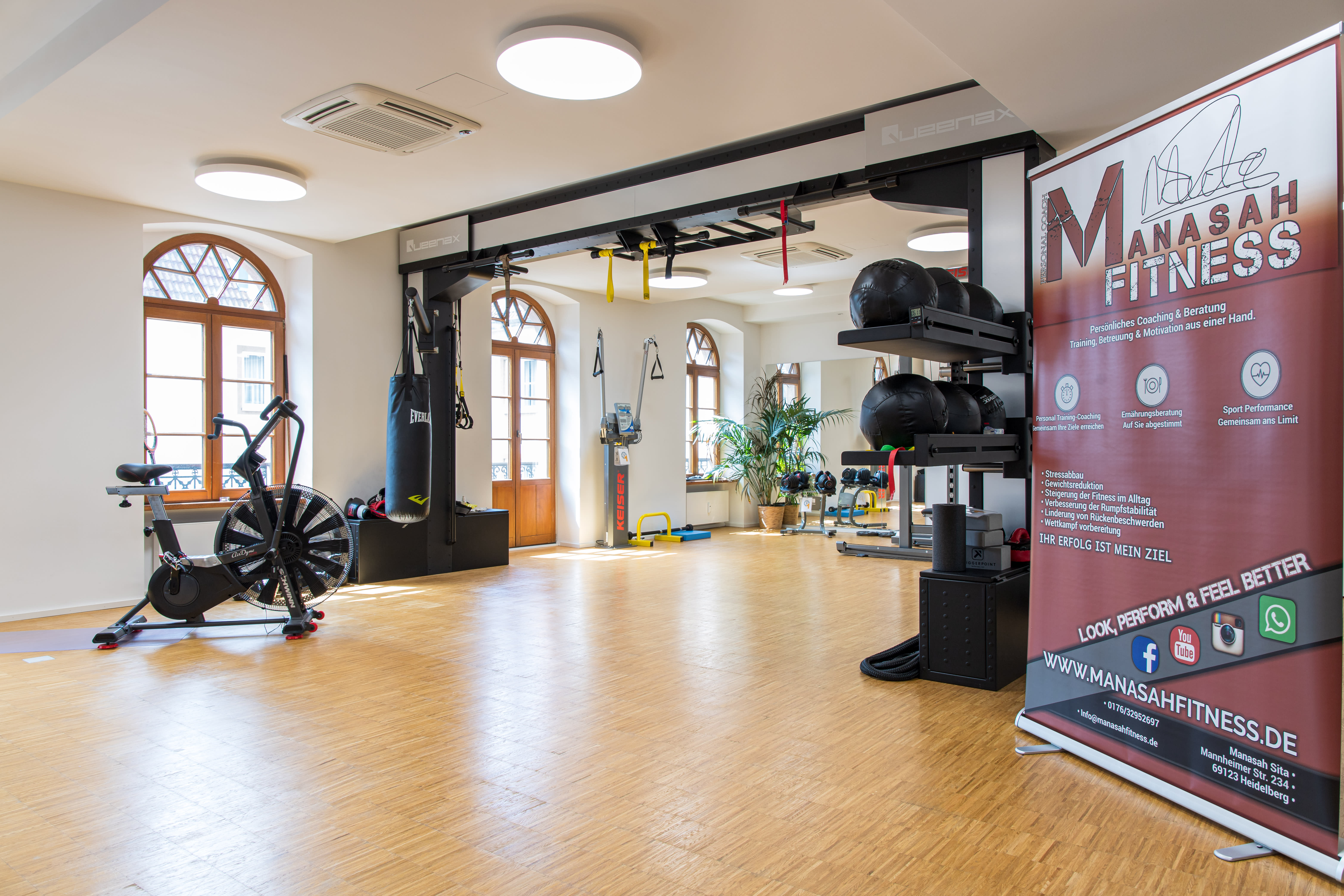 Trainingsstudio mit Fitnessgeräten