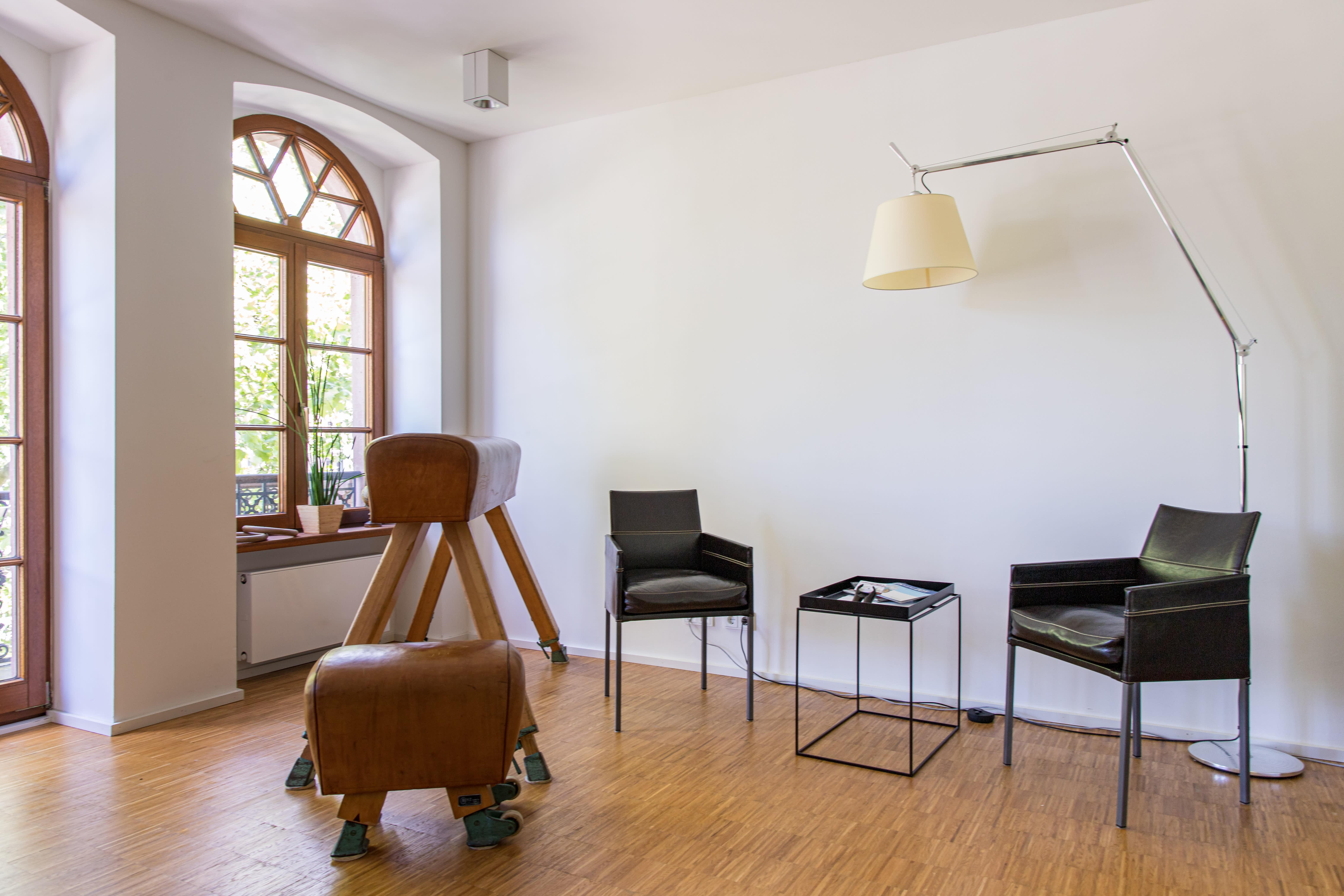 Eingangsbereich mit Sessel und Tisch