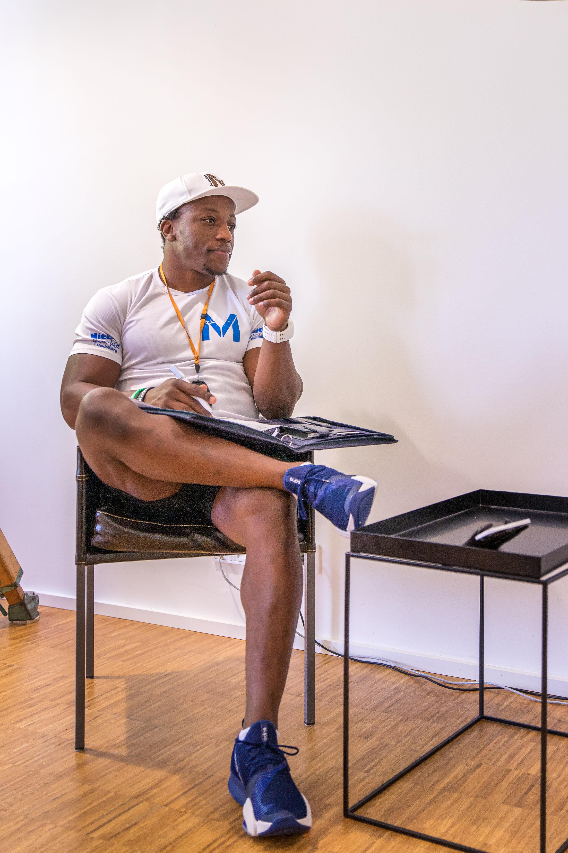 Personal Trainer sitzend