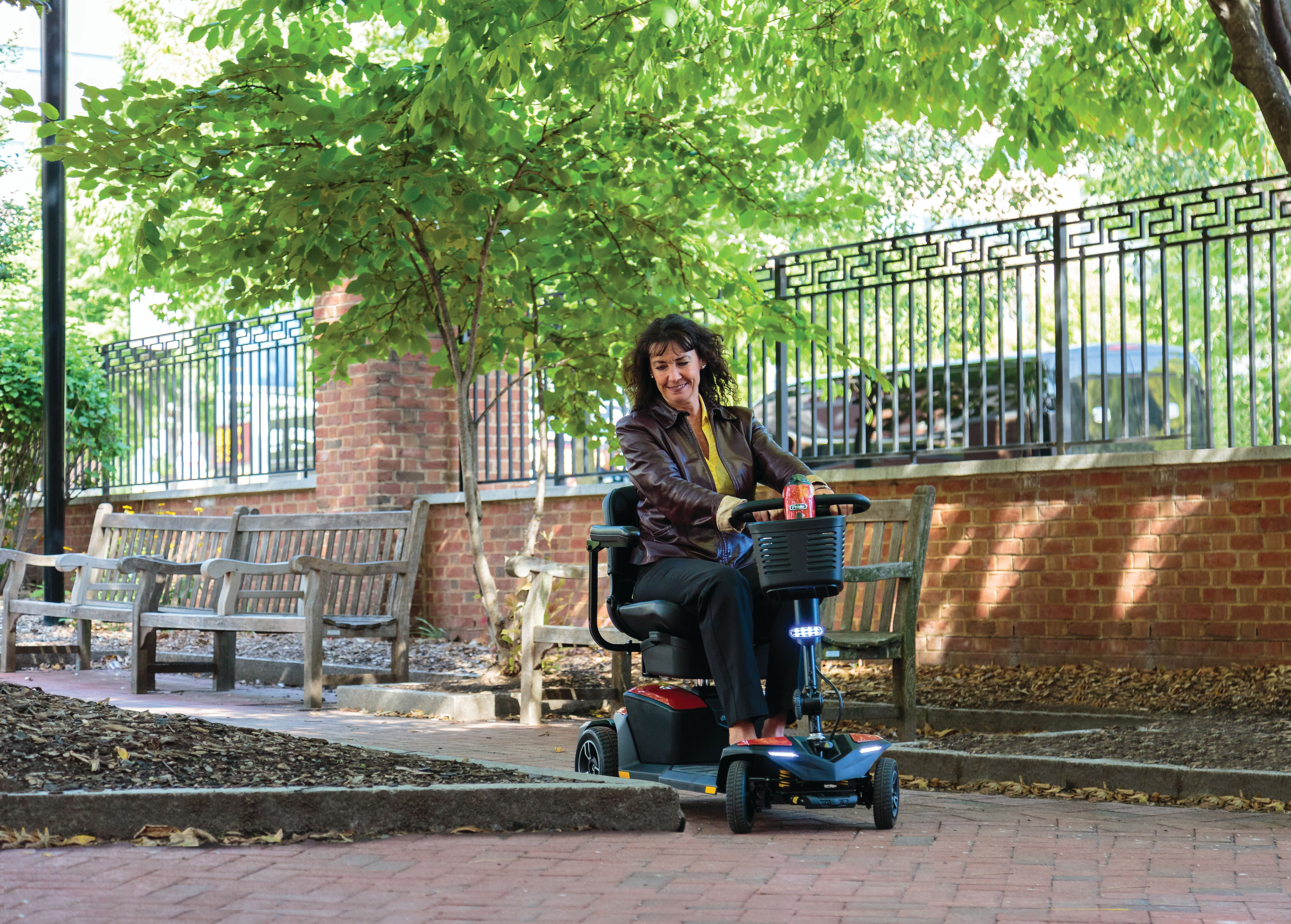 Frau fährt auf Elektromobil