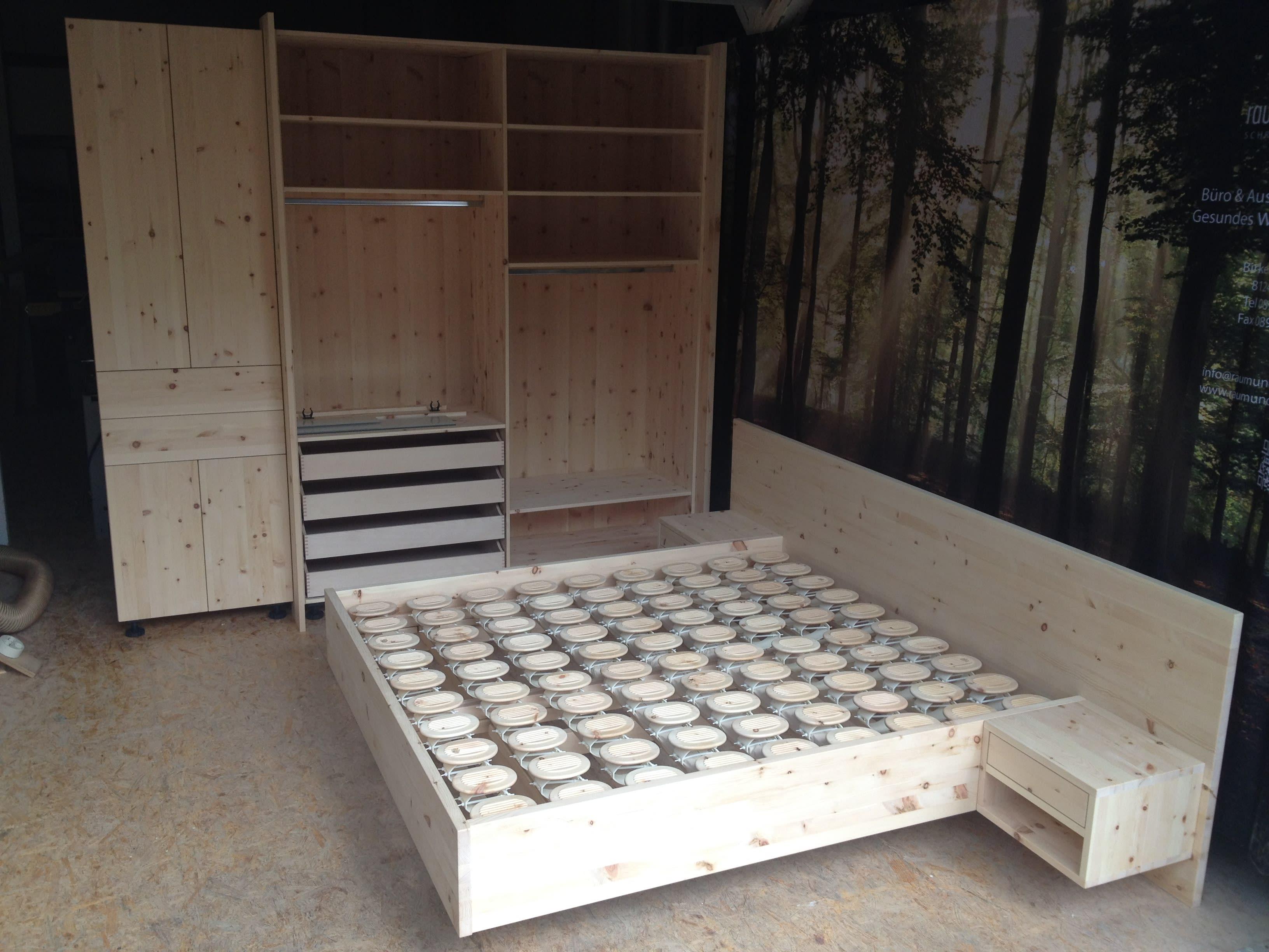 Zirbenbett in einem Schlafzimmer