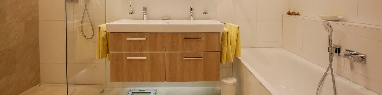 Bild von Waschbecken und Badewanne renoviert