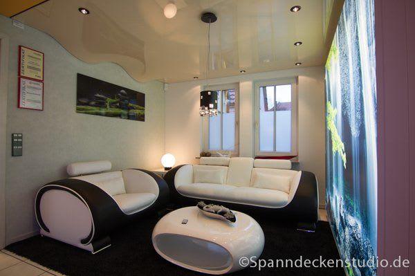Spanndecke weiß Wohnzimmer schwarze weiße Sofas