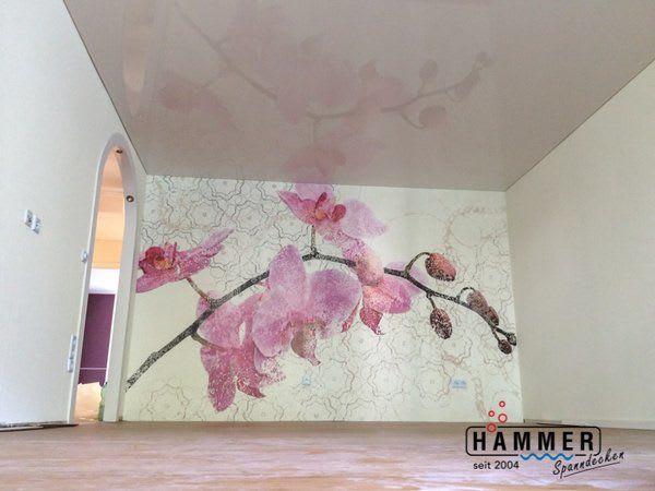 Spanndecke weiß Wohnzimmer Blumentapete