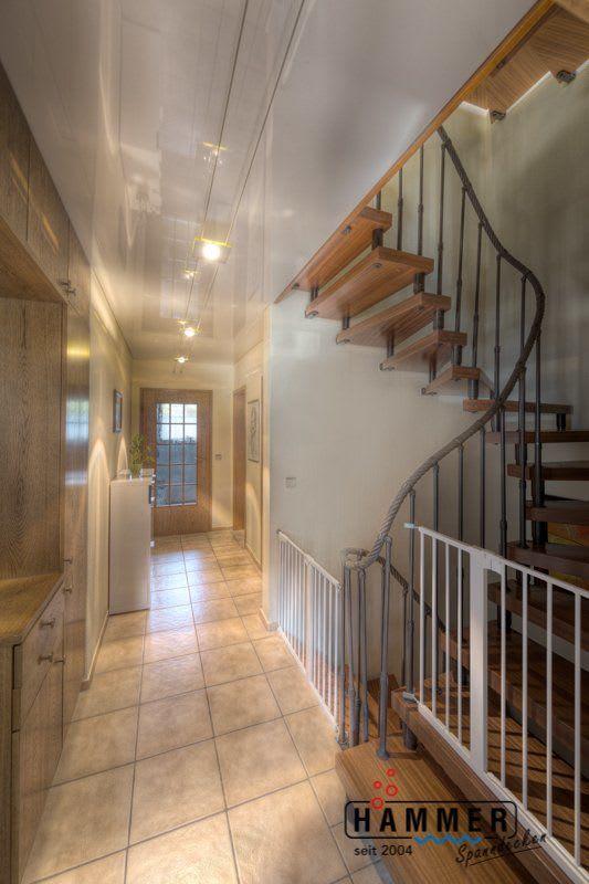 Spanndecke weiß glänzend mit Beleuchtung Flur mit Treppen