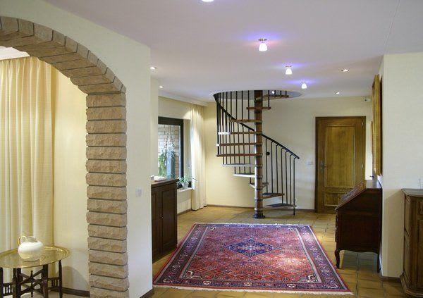 Spanndecke weiß mit Beleuchtung Eingangsbereich runde Treppe