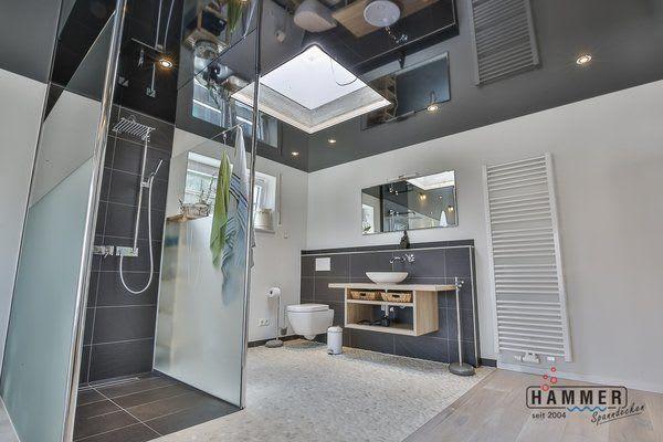 Spanndecke schwarz glänzend mit Beleuchtung Badezimmer mit Dachfenster